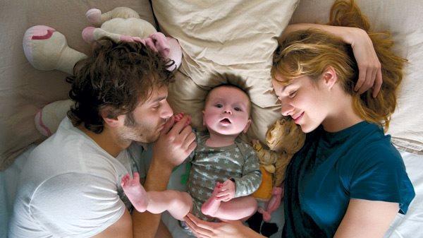Dueneo genitori con il bimbo nel lettone nel film Travolti dalla cicogna