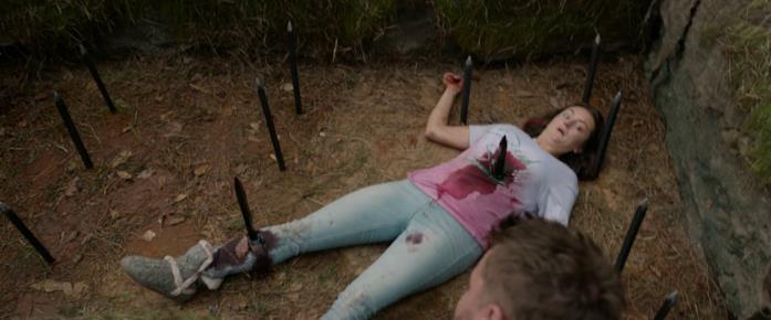 Dead Sexy nella trappola, trafitta da due lame