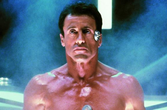 Sylvester Stallone in una scena del film Demolition Man