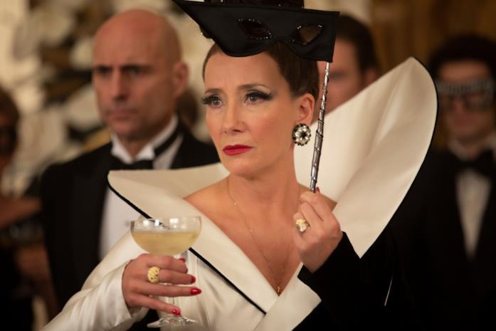 La Baronessa regge una coppa di champagne