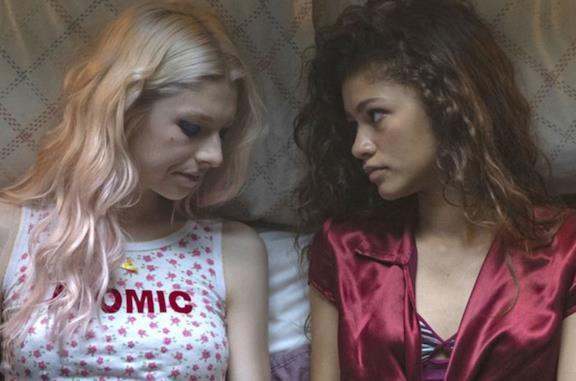 Rue e Jules sdraiate sul letto in una scena di Euphoria