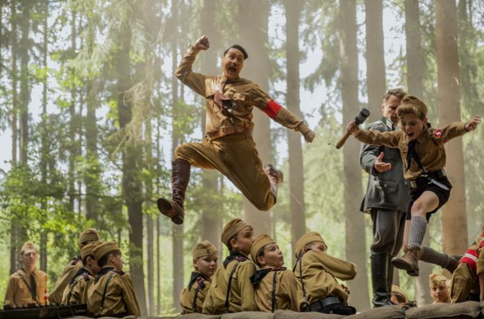 Taika Waititi e Roman Griffin Davis in una scena d'azione del film JoJo Rabbit