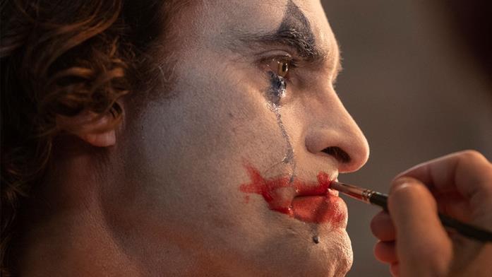 Primo piano del Joker di Phoenix mentre piange