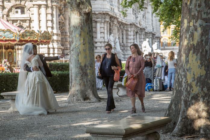 Claudia Gerini e Michela Andreozzi in una scena del film Nove lune e mezza