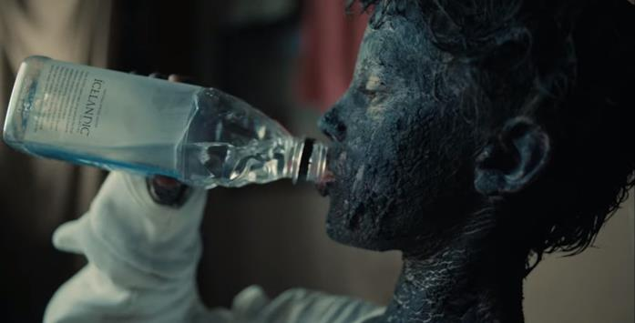 Il changeling di Mikael beve da una bottiglia