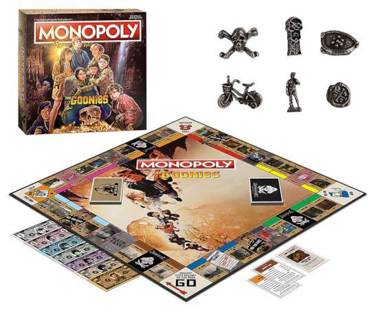 Tabellone aperto con carte e soldi del Monopoly Goonies