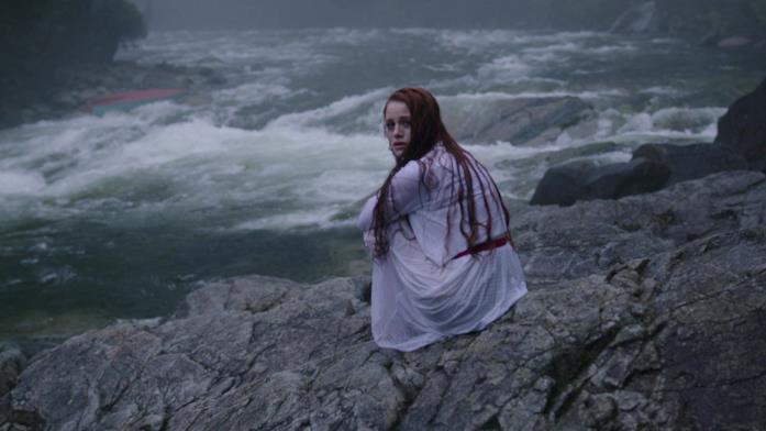 Cheryl lungo le sponde del fiume nel pilot di Riverdale