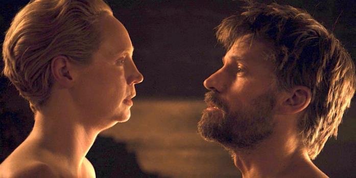 Gwendoline Christie e Nikolaj Coster-Waldau nella scena d'amore di Brienne e Jaime