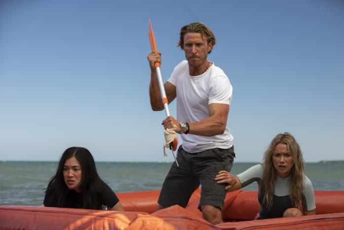 Kimie Tsukakoshi, Aaron Jakubenko e Katrina Bowden in una scena del film Great White