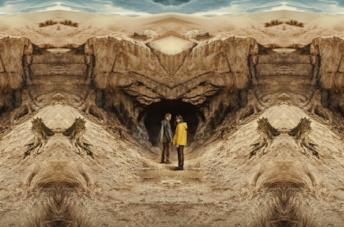 Jonas e Martha davanti alle grotte di Winden nel mondo alternativo