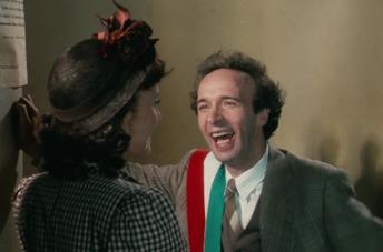 Nicoletta Braschi e Roberto Benigni in una scena del film La vita è bella