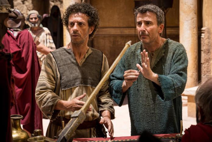 Ficarra e Picone in una scena del film Il primo Natale