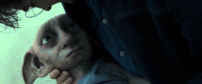 Dobby muore tra le braccia di Harry, in una spiaggia.