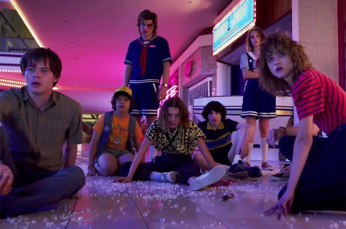 I protagonisti di Stranger thigs in una scena di lotta nel grande magazzino, nella terza stagione