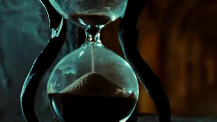 La clessidra donata ad Ofelia dal Fauno, sul punto di finire il tempo.