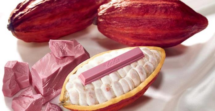 Primo piano della barretta Kit Kat al cioccolato rosa con chicci di cacaco rubino