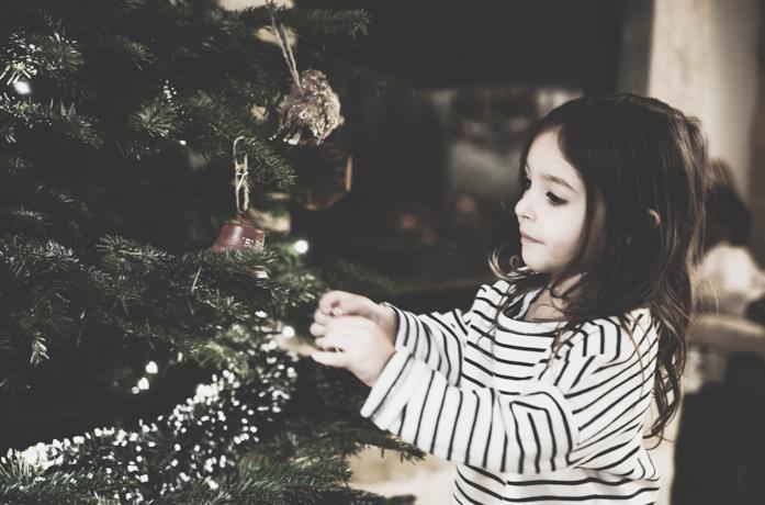 Bambina con Albero di Natale