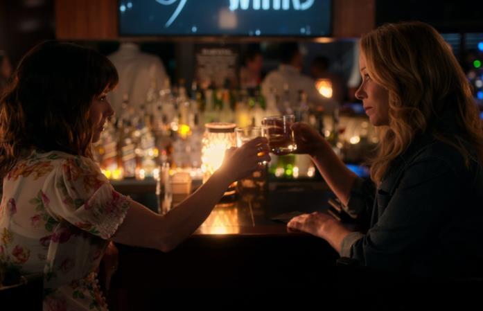 Linda Cardellini e Christina Applegate in una scena di Dead To Me 2