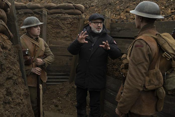 Sam Mendes tra Dean-Charles Chapman e George MacKay sul set del film 1917