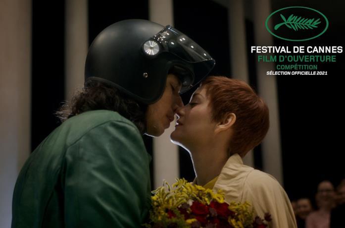 Adam Driver e Marion Cotillard in una scena del film Annette