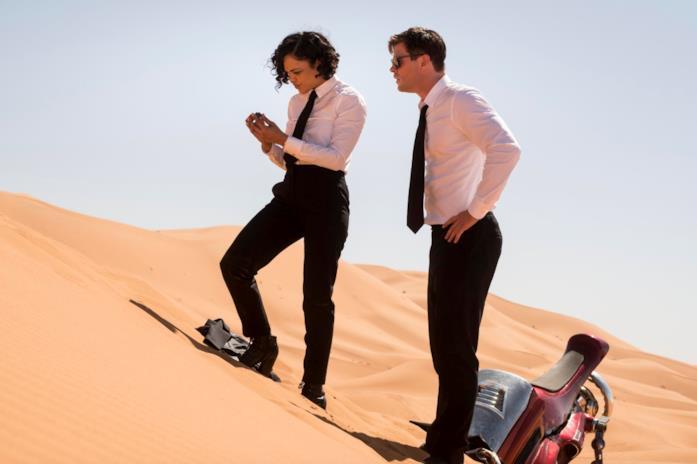I Men in Black osservano un congegno nel deserto