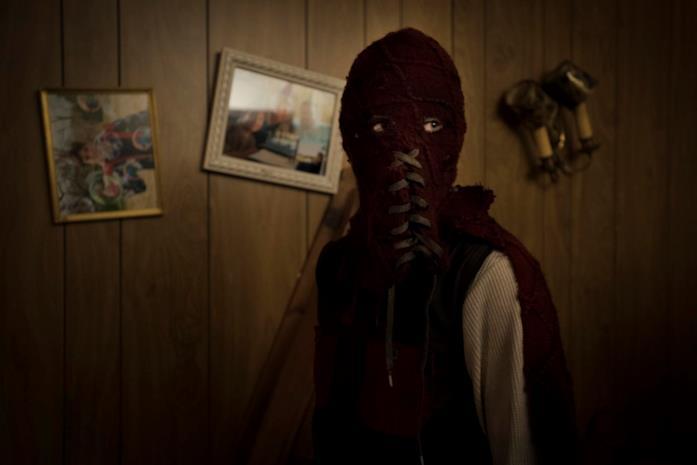 Brandon mascherato si prepara a colpire in L'angelo del male - Brightburn