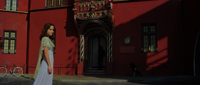 Susy Benner davanti all'ingresso dell'Accademia