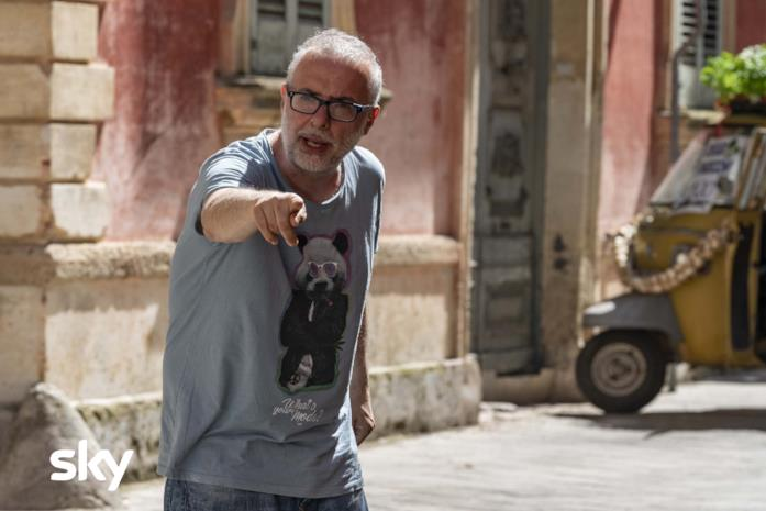 Luca Miniero mentre dirige il film Cops - Una banda di poliziotti
