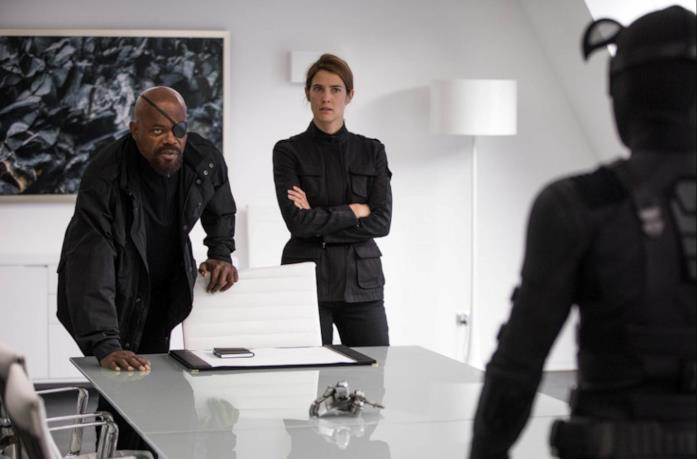 Nick Fury e Maria Hill parlano con Spider-Man