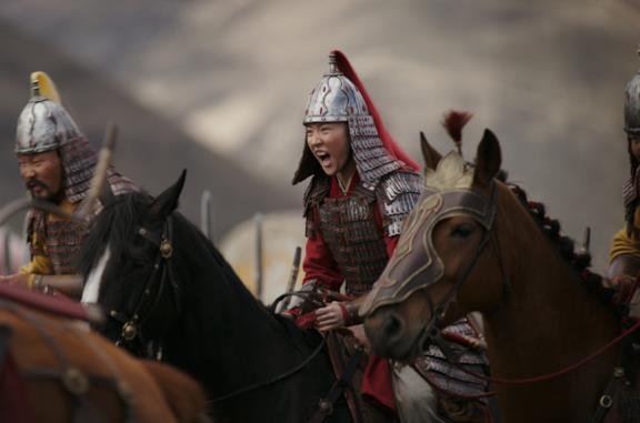 Liu Yifei in una scena del film Mulan