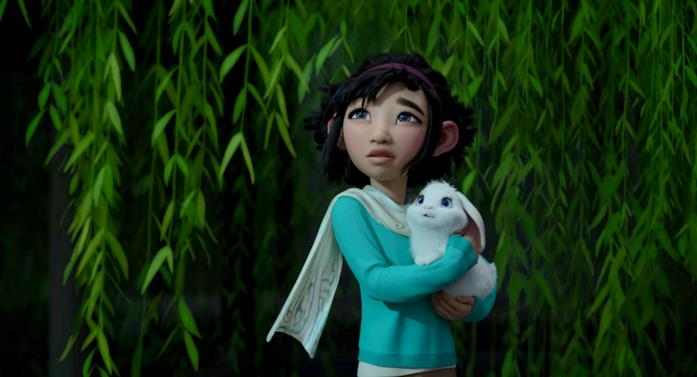 Mezza figura di Fei Fei con in braccio il suo coniglio Bungee