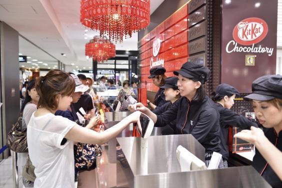 Interno di una boutique di Kit Kat Chocolatory in Giappone