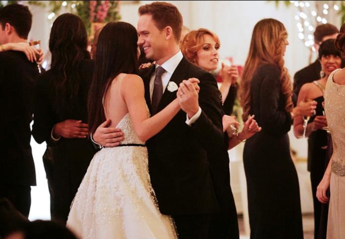 Mike e Rachel nella scena del matrimonio