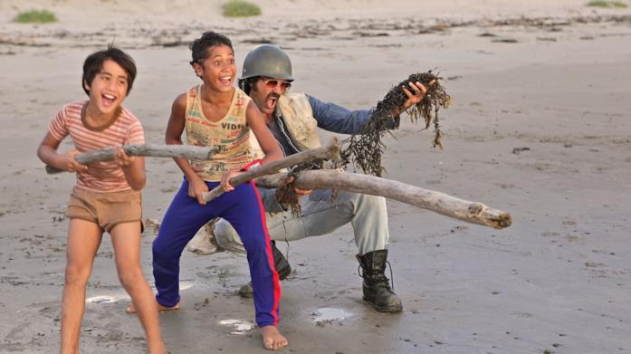 Un padre gioca insieme ai propri figli