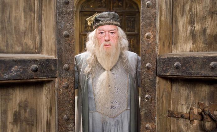 Micheal Gambon, nei panni di Silente, si appresta a chiudere i portoni d'ingresso di Hogwarts