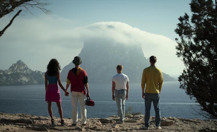 Il cast in una delle location suggestive della serie Netflix White Lines