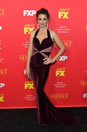 Il suo ruolo sarà quello di Donatella Versace. Penelope Cruz splendida sul red carpet di The Assassination of Gianni Versace