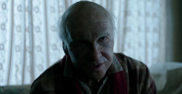 Charles Cameron, in vecchiato, nella propria roulotte