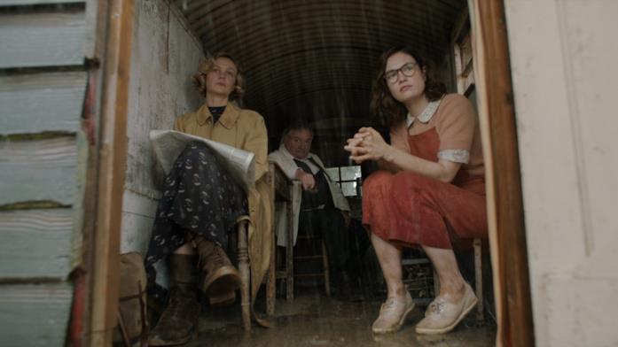 La nave sepolta: Carey Mulligan, Lily James e Ken Stott