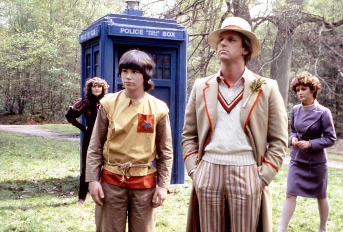 Peter Davison nel ruolo del Dottore di fronte al TARDIS