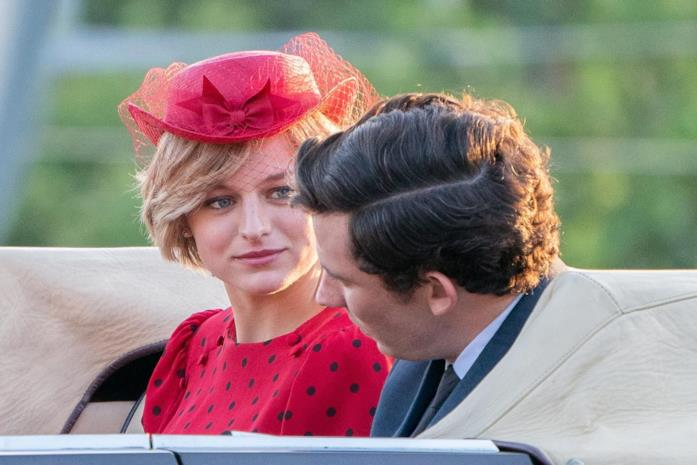 Emma Corrin e Josh O'Connor sul set di The Crown 4