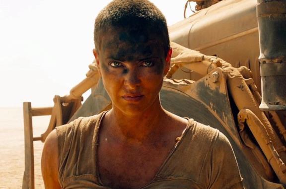 Furiosa in una scena di Mad Max: Fury Road