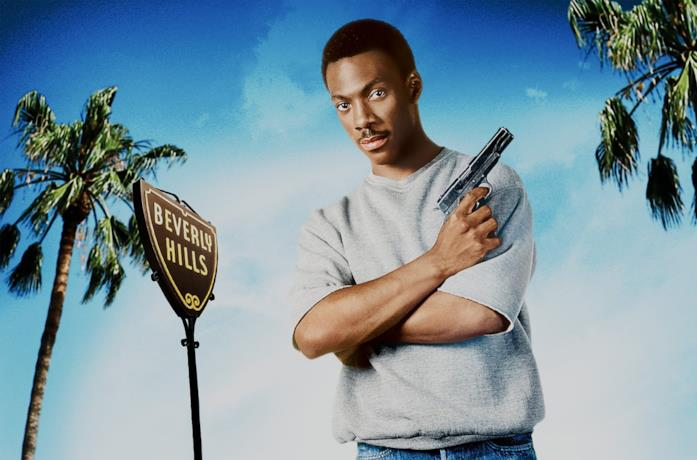 Eddie Murphy in Beverly Hills Cop con una pistola in mano