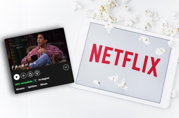 A sinistra la scheda di Friends su Netflix, a destra il logo di Netflix sullo schermo di un iPad