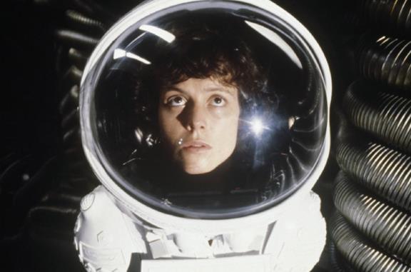 Ridpley con casco da astronauta in una scena di Alien