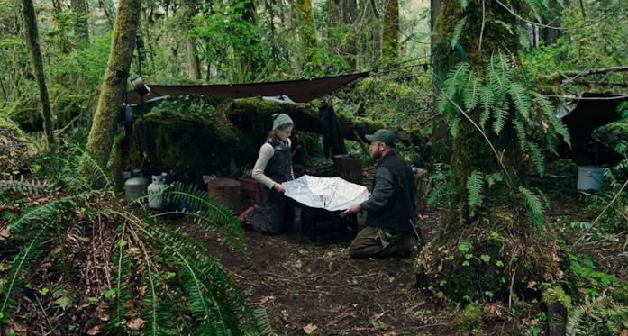 Thomasin McKenzie e Ben Foster in una scena del film Senza lasciare traccia