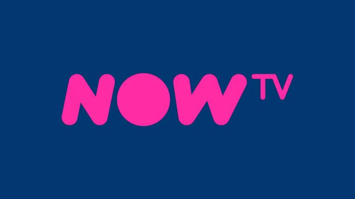 Il logo di NOW TV, il servizio di streaming gestito da Sky, in uno sfondo blu