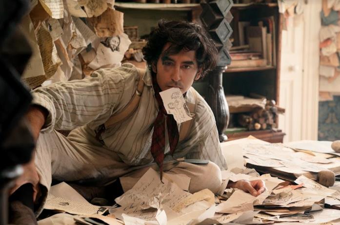 David Copperfield circondato da appunti