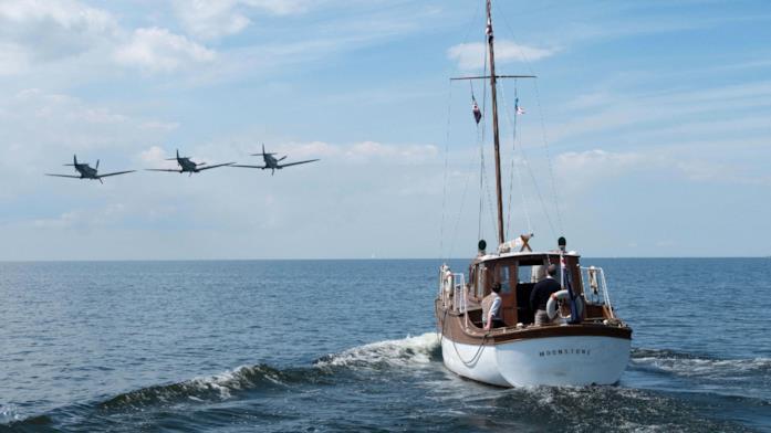 Tre caccia e un'imbarcazione in mare in Dunkirk