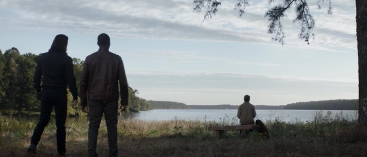 Bucky e Sam guardano il vecchio Cap
